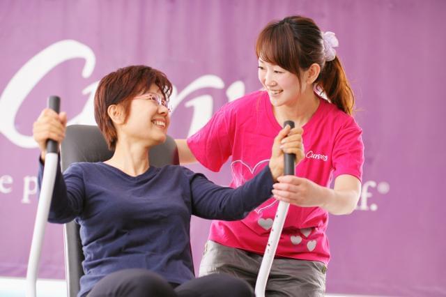 お客様が安全に体操ができるように配慮しながら、健康面へのアドバイスをしています♪