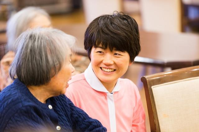 20代〜50代の幅広い年齢層が活躍中! ご高齢者の「普通の生活」をサポートするお仕事です。