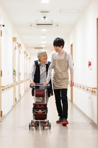 20代〜50代の男女スタッフが活躍中。 私たちと一緒に、ご高齢者を支えていきましょう!