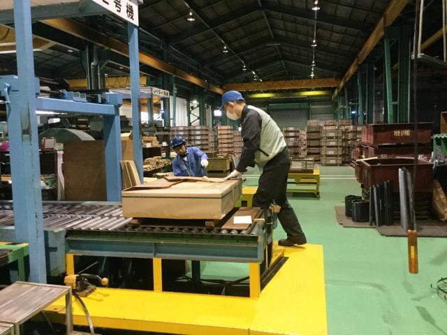 材料を移動する際に、クレーンやフォークリフトを使用。 資格は、入社後、会社負担で取得できますよ◎