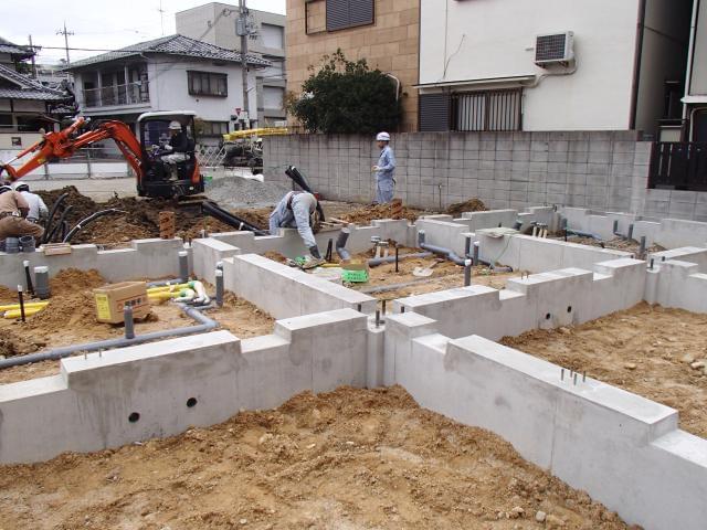 ≪新築現場での給排水工事の様子≫安全・安心・快適な生活空間づくりは基礎作りの時から始まっています。