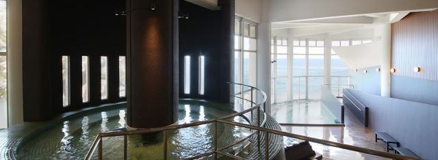 温泉 × 眺望 = 癒し  相模湾の絶景が広がる自慢の大浴場です。