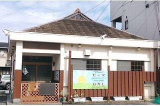 府道257号線沿い・うどん屋さんを改装した平屋の建物です。