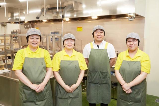 キッチンではチーム制で業務を行います。 先輩スタッフが新人さんをフォローするのでご安心を!