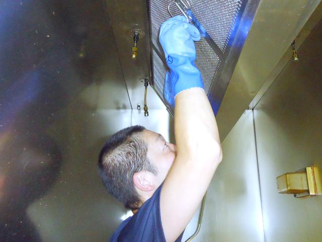排気用フィルターの交換清掃は、快適な厨房の維持に欠かせない大切な作業。受注は常に安定しています。