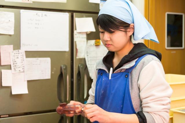 和菓子作りもこのお仕事の楽しみのひとつです。丁寧にお教え致しますので一緒に働きませんか!