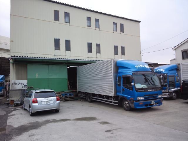 こちらが倉庫兼、本社です。車通勤の方は出社したらここの敷地内の駐車場でトラックと入れ替えて出発です。