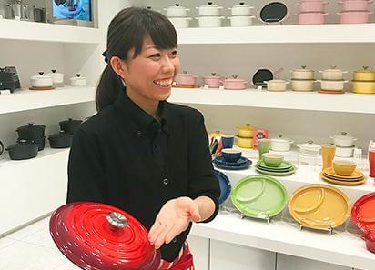 入社6ヶ月後にル・クルーゼのお鍋をプレゼント♪ その他社員割引や製品レンタル制度もあります!
