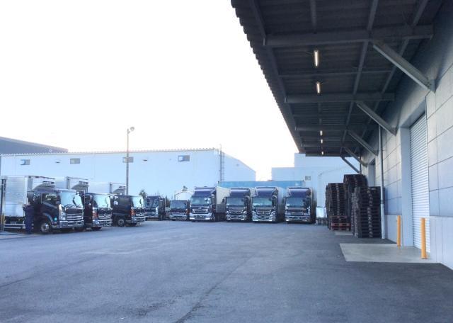 ≪写真は自社倉庫とトラック≫ 現在、就業中の方もお気軽にご相談下さい。新しいスタートを応援します。