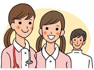 20~40代の女性スタッフが笑顔で働いている、明るい雰囲気のクリニックです。