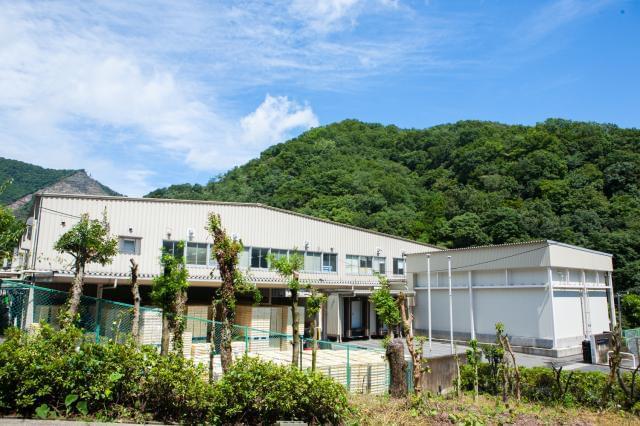 小田急小田原線「本厚木」駅〜工場の送迎バスあり。 広々とした自然に囲まれた工場で働きませんか♪