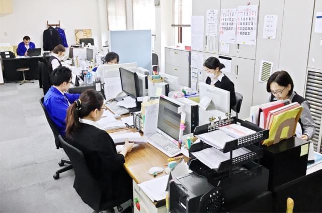 職場では、20〜50代が中心☆男性2名、女性4名が活躍中☆アットホームで働きやすい職場ですよ♪