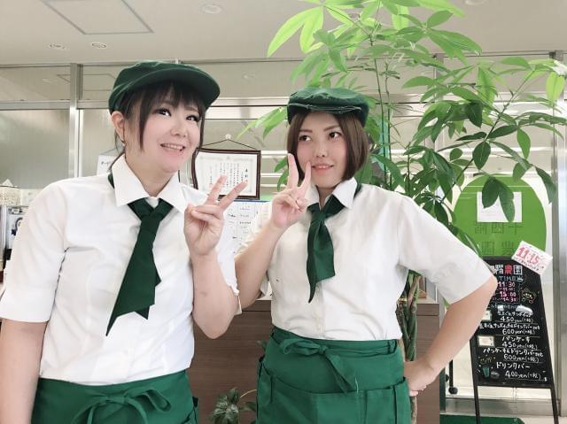 グリーンの帽子と白いシャツ♪爽やかで可愛い制服も大人気です。あなたにもきっと、似合いますよ♪