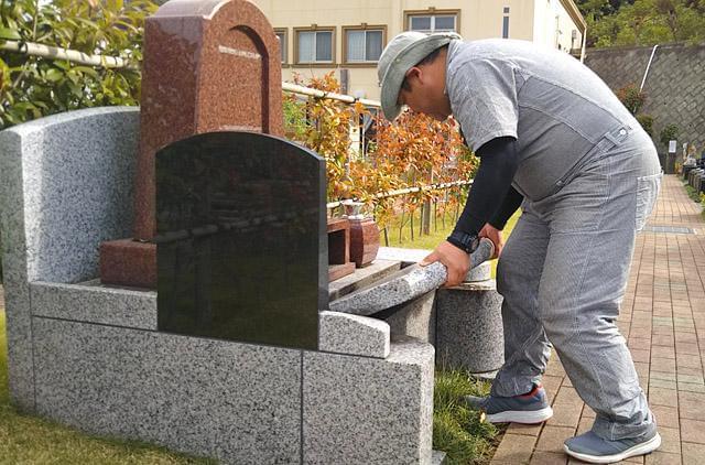 ※墓石を動かす力仕事があります(男性スタッフ活躍中です)