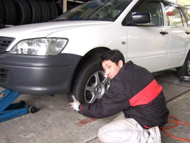乗用車、トラック、フォークリフト、トレーラーなど、色々な車両に触れて磨かれていく技術!