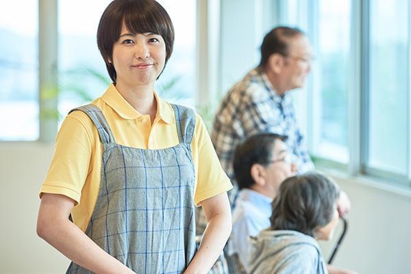 【介護スタッフ募集】デイサービス勤務!高時給1300円/車通勤可能☆