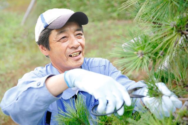 """繊細なケアが欠かせない""""庭づくり""""。愛情を込めて、しっかりとメンテナンスをしています。"""
