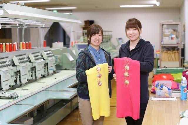 ミシン刺繍業務は現在2名の女性が担当。未経験でも機械操作に興味がある方なら、男女ともに大歓迎です!