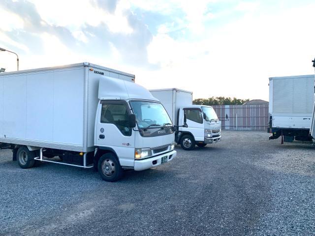 クライアントの要望に合わせた多彩な車両をご用意。 免許やキャリアに合わせたトラックを選択できます。