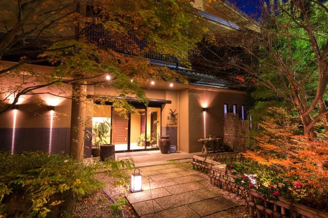 下呂の温泉街より少し離れた、'大人の隠れ家'。 日本庭園を臨む大浴場など、癒し空間が自慢です。