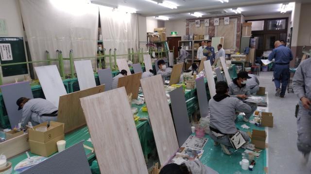 写真は、東京都塗装高等技術専門学校の授業風景。自分の将来や目標を明確にイメージできる環境です。