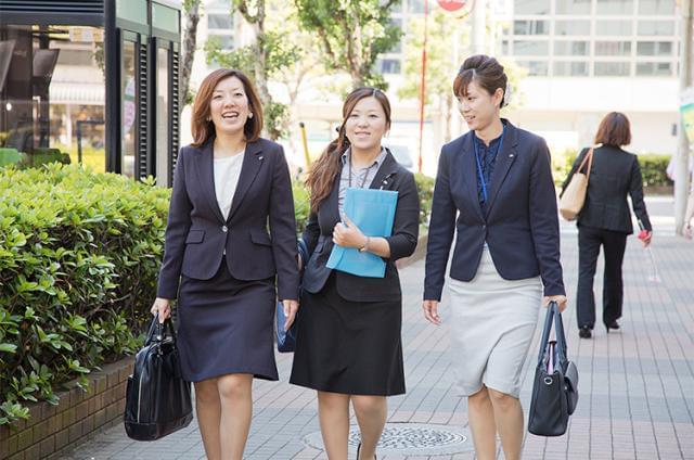 様々な年代の女性が活躍中。半日休暇制度を使って、ちょっと子どもの授業参観に…というのも可能です。