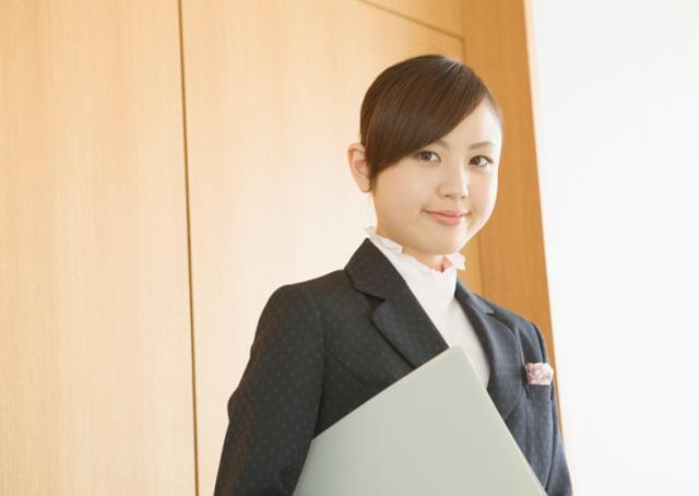 フォーマルで上品な制服での勤務。 高級ホテルのような上質感漂うエントランスでお迎えします。