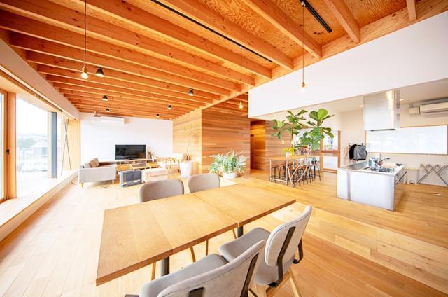 岩出事務所の休憩スペースは、ナチュラルなカフェテイスト。開放感のある空間で、しっかりリフレッシュ。