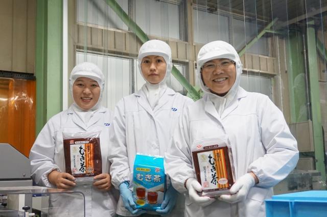 麦茶・きな粉・香辛料などを製造・販売している当社。 職場見学を実施しているので、お気軽にお越しください。