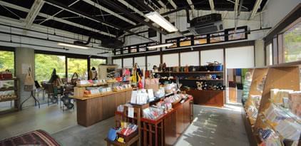 オリジナル商品の販売と、安全な食材を使った手作りメニューをご提供するカフェを併設しています。