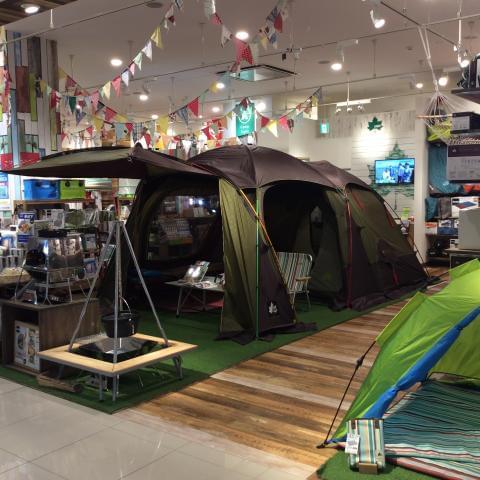 店内には展示のテントやキャンプグッズがたくさんあります。あなたも遊びの提案をたくさんしてみませんか。