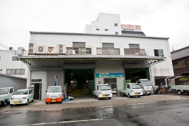 1974年設立の地域密着企業。アルミサッシをはじめとする住宅機器の販売・施工を手がけています。