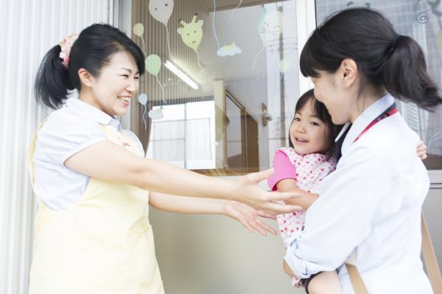 保育所に子どもを預け、安心してお仕事にLet's go! ママの笑顔も、お子さまの笑顔も、全力で守ります♪