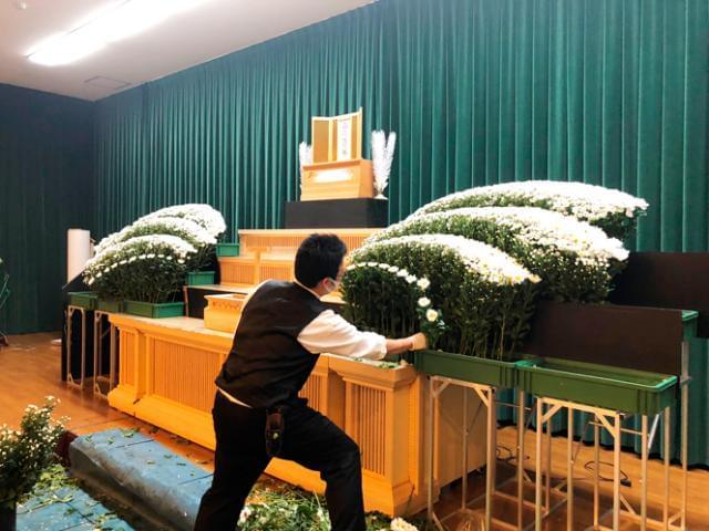 20代〜40代男女スタッフ活躍中! 当社は、冠婚葬祭時の生花を扱っています。