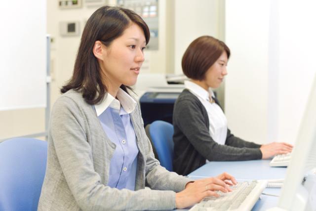 鉄道を支える会社で、一緒に働きませんか!社員旅行(H28年1月沖縄旅行実施)、女性社員食事会などご用意しています。