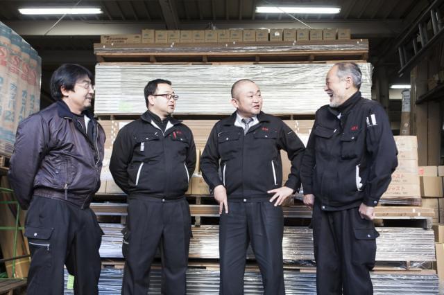 男性スタッフが和気あいあいと活躍している職場。私達と一緒に、腰を据えて働きませんか?